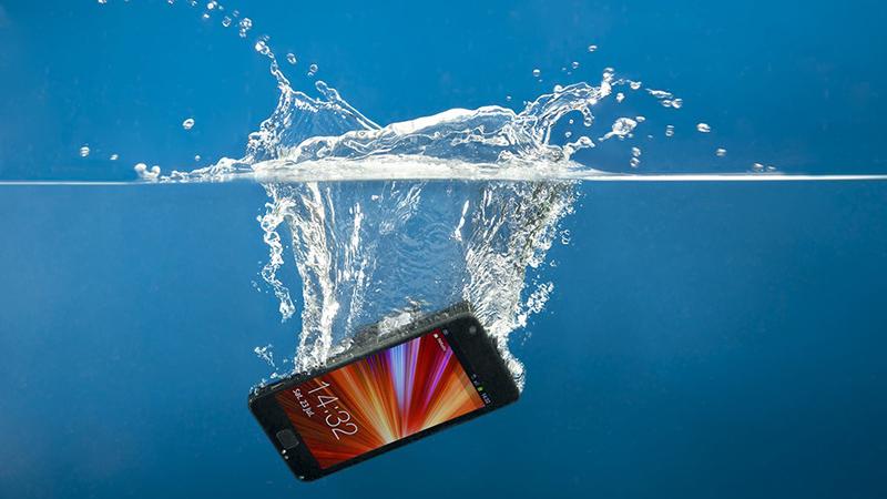 Điện thoại rơi xuống nước gây lỗi tắt nguồn liên tục