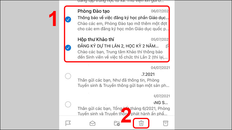 Nhấn giữ một email cần xóa và tiếp tục chọn email khác, sau đó bấm chọn thùng rác