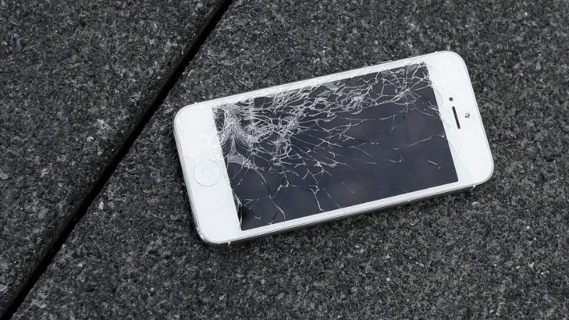Màn hình điện thoại bị vỡ, dính nước,... cũng sẽ gây lỗi